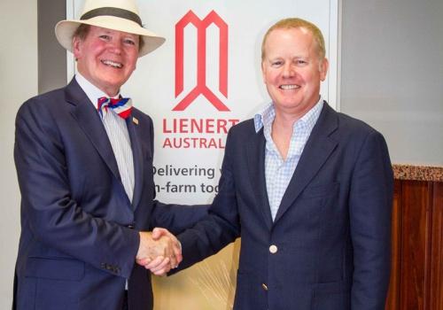 Dr. Pearse Lyons (à esquerda na foto), fundador e presidente da Alltech, aperta a mão de Nick Lienert, diretor executivo da Lienert Australia, que acaba de ser adquirida pela empresa americana.